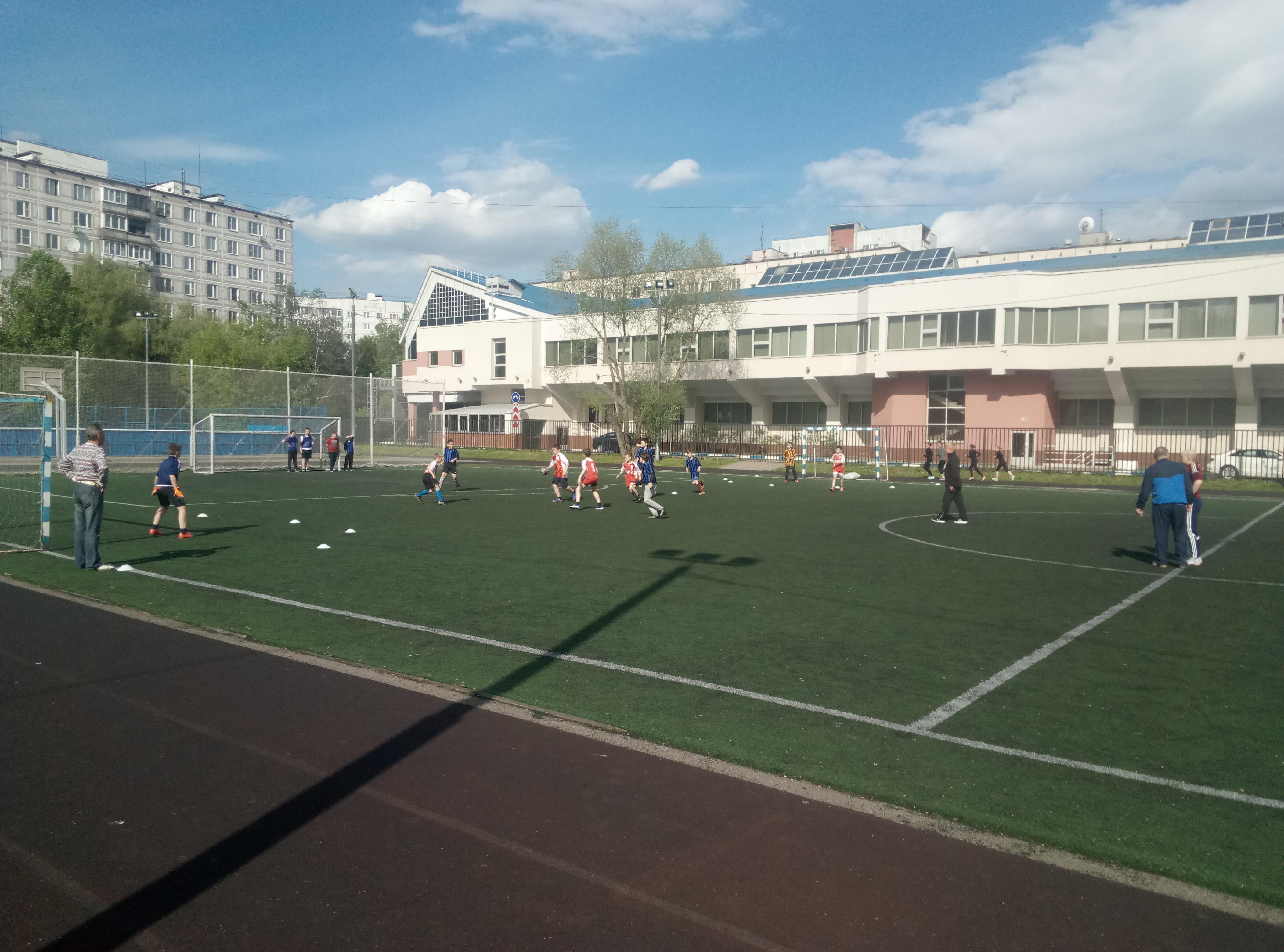 Турнир по футболу среди детей начальной школы.